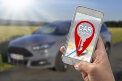 Auto die app met smartphone delen stock foto's