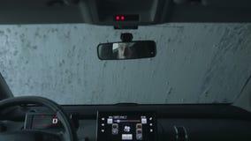 Auto die automatische autowasserette doornemen stock footage