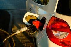 Auto die benzine van brandstof voorzien bij post royalty-vrije stock afbeeldingen
