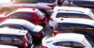 Auto die bij concreet parkeerterrein van winkelcomplex in vakantie wordt geparkeerd Satellietbeeld van autoparkeerterrein van de  royalty-vrije stock fotografie