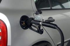 Auto die bij het benzinestation van brandstof voorzien royalty-vrije stock afbeeldingen