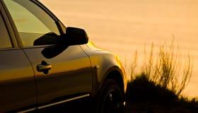 Auto die bij het strand wordt geparkeerd royalty-vrije stock fotografie
