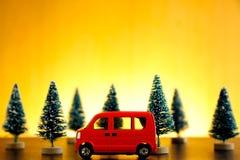 Auto die bij zonsondergang wordt geparkeerd royalty-vrije stock afbeelding