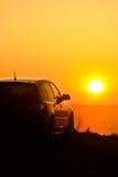 Auto die bij Zonsondergang wordt geparkeerd stock afbeeldingen