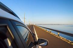 Auto die de brug Helio Serejo over de rivier van Parana kruisen Royalty-vrije Stock Fotografie