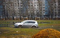 Auto die in de modder wordt geplakt Stock Foto