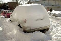 auto die in de sneeuwwinter wordt behandeld Stock Afbeeldingen