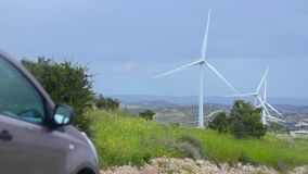 Auto die dichtbij windturbines, hernieuwbare energiebron, alternatief aan brandstof spinnen stock video