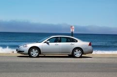 Auto die door oceaan wordt geparkeerd Royalty-vrije Stock Afbeeldingen