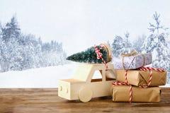 auto die een Kerstmisboom voor de abstracte winter dragen landsc Stock Afbeeldingen