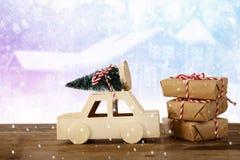 auto die een Kerstmisboom voor de winterlandschap dragen Stock Fotografie