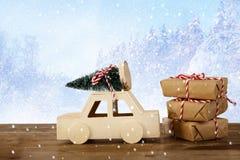 auto die een Kerstmisboom voor magische de winterlandsca dragen Stock Afbeeldingen