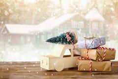 auto die een Kerstmisboom voor magische de winterlandsca dragen Stock Foto