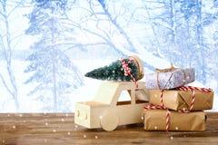 auto die een Kerstmisboom voor magische de winterlandsca dragen Royalty-vrije Stock Afbeeldingen