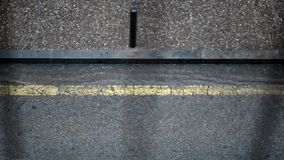 Auto die een regenachtige straat kruisen stock footage