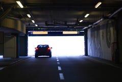 Auto die in een tunnel loopt Royalty-vrije Stock Afbeeldingen
