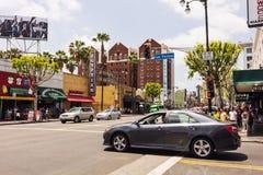 Auto die Hollywood-boulevard kruisen stock foto's