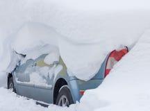 Auto die met grote Sneeuw wordt behandeld Royalty-vrije Stock Afbeeldingen