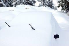 Auto die met sneeuw 3 wordt behandeld royalty-vrije stock afbeelding