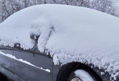 Auto die met sneeuw wordt behandeld royalty-vrije stock afbeeldingen