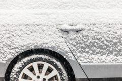 Auto die met sneeuw wordt behandeld Stock Foto's