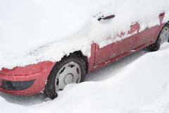 Auto die met sneeuw wordt behandeld Stock Fotografie
