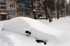 Auto die met sneeuw wordt behandeld Stock Foto