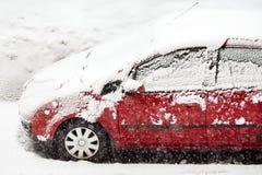 Auto die met witte sneeuw wordt behandeld Stock Foto's