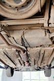 Auto die op autohijstoestel bij het herstellen van post wordt opgeheven Stock Afbeelding