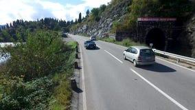 Auto die op een weg dichtbij de rivier, luchtmening gaan lengte Luchtmening bij kleine bosmeer en lijn van weg het overgaan stock videobeelden