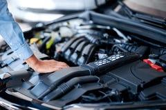 Auto die reeks detailleren: Schoonmakende motor van een auto Close-upmotor stock foto's