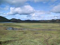 Auto die Rivier in Ijslandse Higlands waden royalty-vrije stock foto