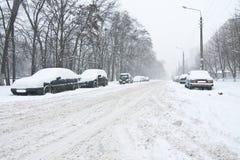 Auto die in sneeuw wordt behandeld stock afbeeldingen