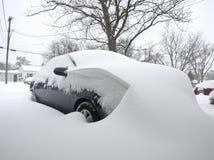 Auto die in sneeuw wordt behandeld Royalty-vrije Stock Foto