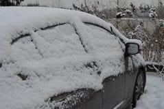 Auto die in sneeuw wordt behandeld Stock Foto's