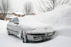 Auto die in SneeuwOprijlaan wordt geparkeerd royalty-vrije stock afbeeldingen