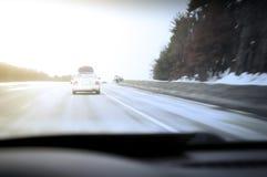 Auto die snel op de weg reizen Stock Afbeelding