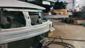 Auto die voor professionele diagnostiek in de autodienst, schuifschot voorbereidingen treffen stock video
