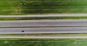 Auto die weg luchtmening overgaan stock footage