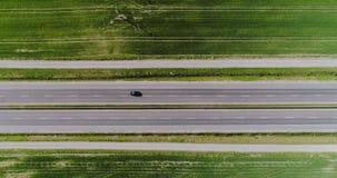 Auto die weg luchtmening overgaan stock video