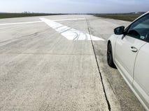 Auto die zich op de luchthavenbaan vóór test van versnelling bevinden stock afbeeldingen
