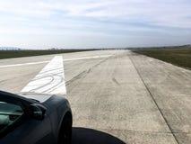 Auto die zich op de luchthavenbaan v??r test van versnelling bevinden royalty-vrije stock afbeelding