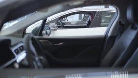 Auto die zich op een rij bij het autohandel drijven bevinden Autotoonzaal stock video
