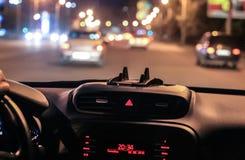 Auto die zich op weg bij nacht bewegen Stock Afbeelding