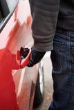 Auto-Dieb Trying Door Handle, zu sehen, wenn Fahrzeug verschlossen ist stockbilder