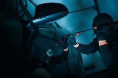 Auto-Diebstahl, der zur offenen Tür versucht Lizenzfreie Stockbilder