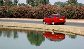 Auto door het meer Royalty-vrije Stock Foto