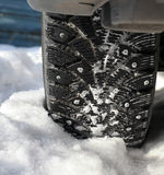 Auto drehen innen Schnee Stockbilder
