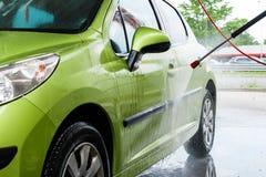 Auto in een autowasserette royalty-vrije stock afbeelding