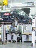 Auto in een post van de autoreparatie Stock Foto